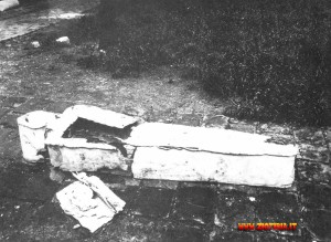 La bara di Luigi XVIJ. Destinata ad essere tumulata in una fossa comune nel cimitero di Santa Margherita, finirà invece in una tomba particolare. La stessa notte sarò sostituita con un feretro con il simbolo della casa reale che sarà poi sistemato in un 'altra parte del cimitero.