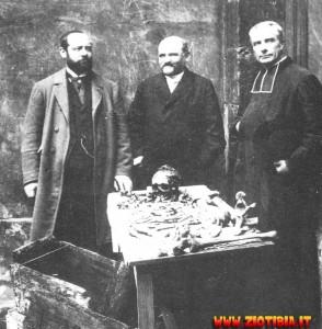 Nel 1846 viene ordinata l'esumazione del cadavere ma i resti trovati nella bara sono quelli di un ragazzo di almeno quindici anni con il cranio segato in modo diverso da quello descritto per l'autopsia del delfino. Che fine ha fatto allora Luigi XVII?