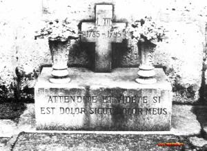 La tomba di Luigi XVII. Di chi è il cadavere che vi è sepolto? E che fine ha fatto l'erede al trono di Francia? Per trovare una risposta a questi interrogativi bisognerebbe ricostruire i lontani avvenimenti che si sono svolti dentro le mura del Tempio. Ma le testimonianze giunte sino a noi sono contraddittorie o inattendibili.