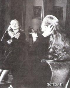 Una suggestiva immagine di Evita allo specchio