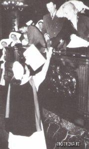 Evita mentre consegna un diploma da infermiera: a lei si deve, tra l'altro, la fondazione per l'assistenza sociale attraverso la quale distribuirà anche ingenti somme di denaro ai più bisognosi