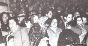 Folla commossa davanti alla residenza presidenziale all 'annuncio della morte. Nel dare la notizia, i giornali argentini scrivono che Evita «è entrata nell 'immortalità»