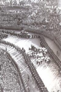 Il corteo funebre sfila, tra due ali di folla commossa, nel centro della capitale argentina.