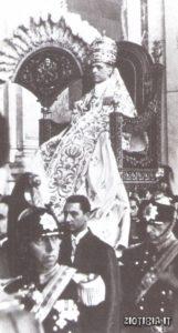 Papa Pio XII' da lui il nuovo presidente della repubblica argentina Aramburu ottenne il permesso di seppellire in Italia la salma di Evita.