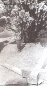 La tomba nel cimitero di Milano intestata a Maria Maggi vedova De Magistris, una fantomatica signora di Dalmine che secondo gli atti ufficiali sarebbe deceduta il 23 febbraio 1951 nella provincia argentina di Santa Fe. In realtà a Dalmine non è mai esistita una donna con questi dati anagrafici. Nell'agosto 1971, la salma verrà riesumata per essere traslata a Madrid: era quella di Evita.