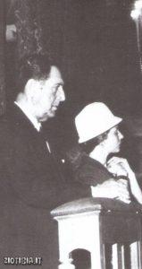 Peròn con la terza moglie a Madrid durante la messa per il decimo anniversario della morte di Evita.