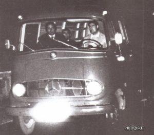 Un furgone trasporta le presunte spoglie di Evita all'aeroporto della capitale spagnola.