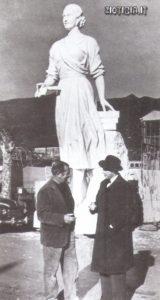 Lo scultore italiano Leone Tommasi (a sinistra) con la statua della defunta presidentessa. Peròn aveva commissionato a Tommasi un gigantesco mausoleo, più alto della statua della Libertà, dove avrebbero dovuto trovare posto due immense sculture, una di Evita, l'altra di un descamisado' con il volto del dittatore.
