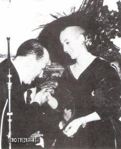 Una delle ultime foto di Eva Peron, qui ritratta mentre riceve l'omaggio del ministro plenipotenziario siriano: è il 23 aprile 1952; l'angelo dei 'desca,nisados' morirà di leucemia tre mesi più tardi