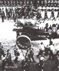 Il corpo di Evita issato su un affusto di cannone attraversa Buenos Aires in lutto. Nel suo ultimo messaggio al popolo dhse: «Affido a voi PerOne la giustizia argentina».