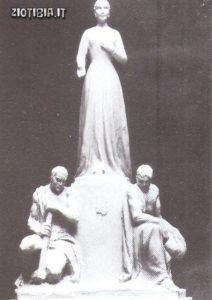Una statua di Evita; Per6n aveva progettato dl raffigurarla in una scultura immensa di 43000 tonnellate ma l'opei-a non fu mai realizzata.