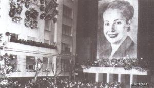 L'immagine della defunta in un gigantesco manifesto.